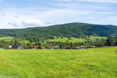 Między Ropkami a Hańczową: zabudowania Hańczowej w dolinie rzeki Ropa