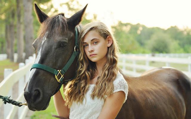 Meisje met haar paard op de foto