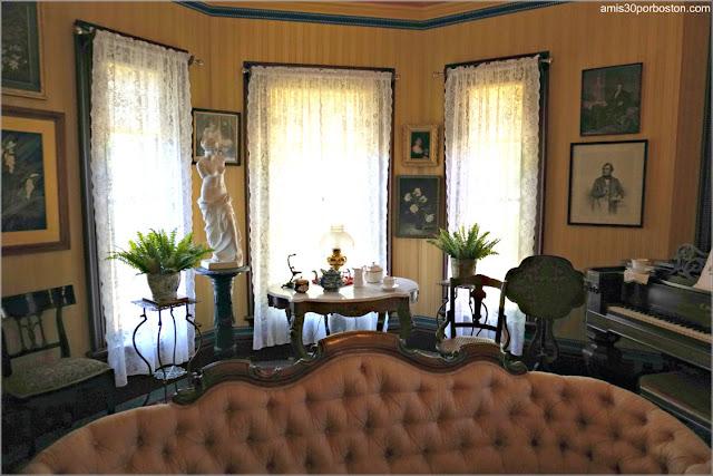 Salón de la Casa Museo de Harriet Beecher Stowe en Hartford, Connecticut