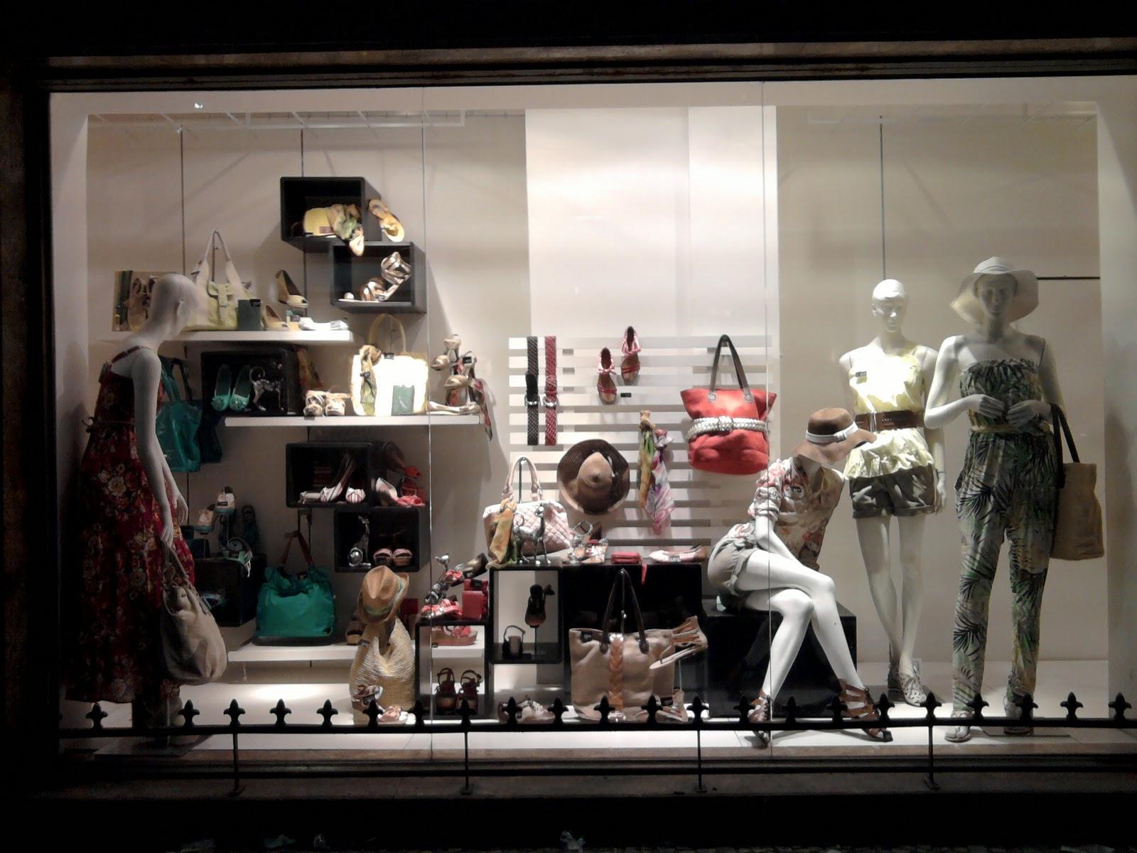 b1d03bb13 Esta vitrine, é da loja leader no centro do Rio de Janeiro. Ao passar me  chamou atenção pela simplicidade e exuberancia em produtos.