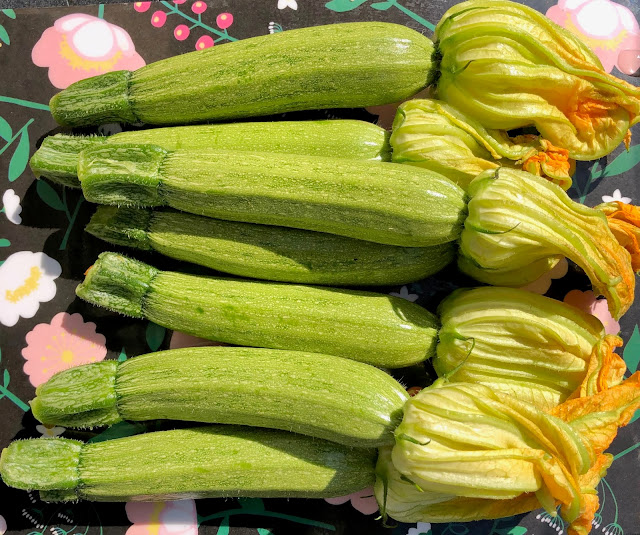 Zucchine con fiore di zucca
