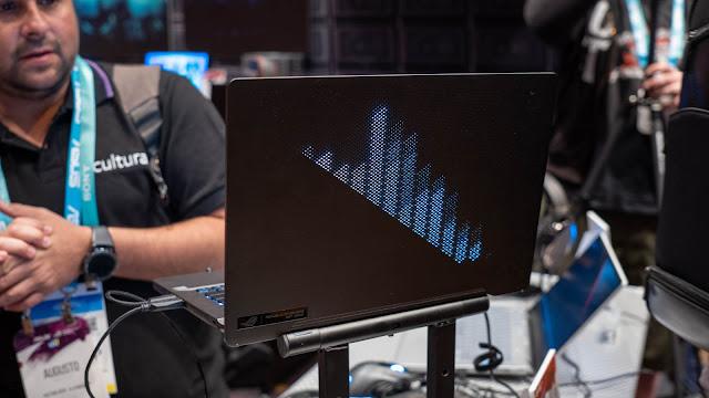 ZEPHYRUS G14 的 LED 顯示背蓋可以自訂動畫,圖為音樂播放時的動態等化器顯示