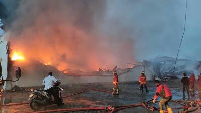 Kebakaran Hanguskan Pabrik Caesar Spring Bed di Jalan Medan-Binjai