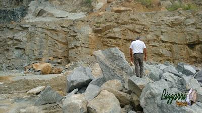 Bizzarri, da Bizzarri Pedras, fazendo o que mais gosta, garimpando pedras para paisagismo sendo o tipo de pedra bruta para lagos ou jardins. Gosto de procurar essas pedras e já imaginar as pedras em cada construção com pedra que vou fazendo.