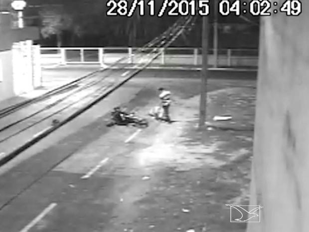 Polícia investiga morte de homem que agrediu namorada em via pública