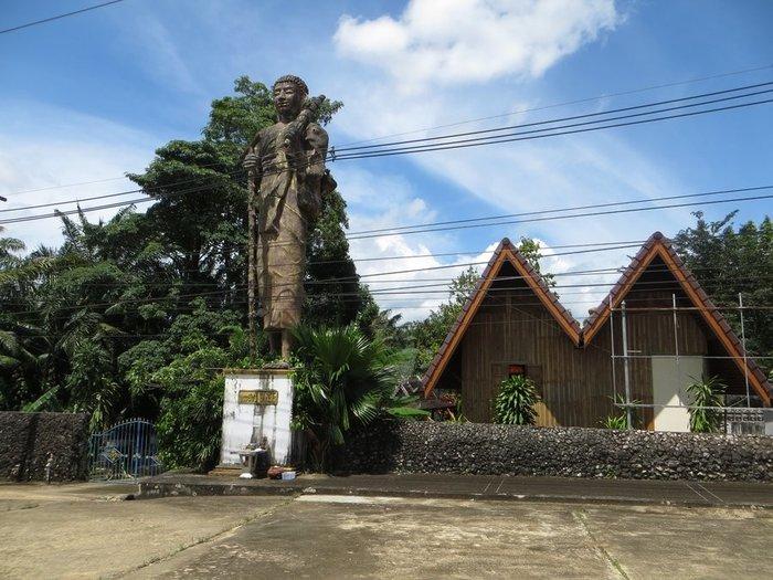 Статуя при храме