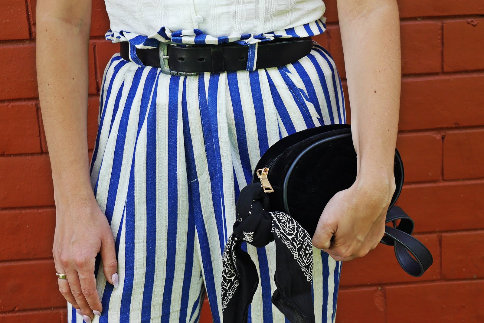 biało-niebieskie spodnie z wyskim stanem bershka biały top stylizacja blog modowy blogerka modowa karyn
