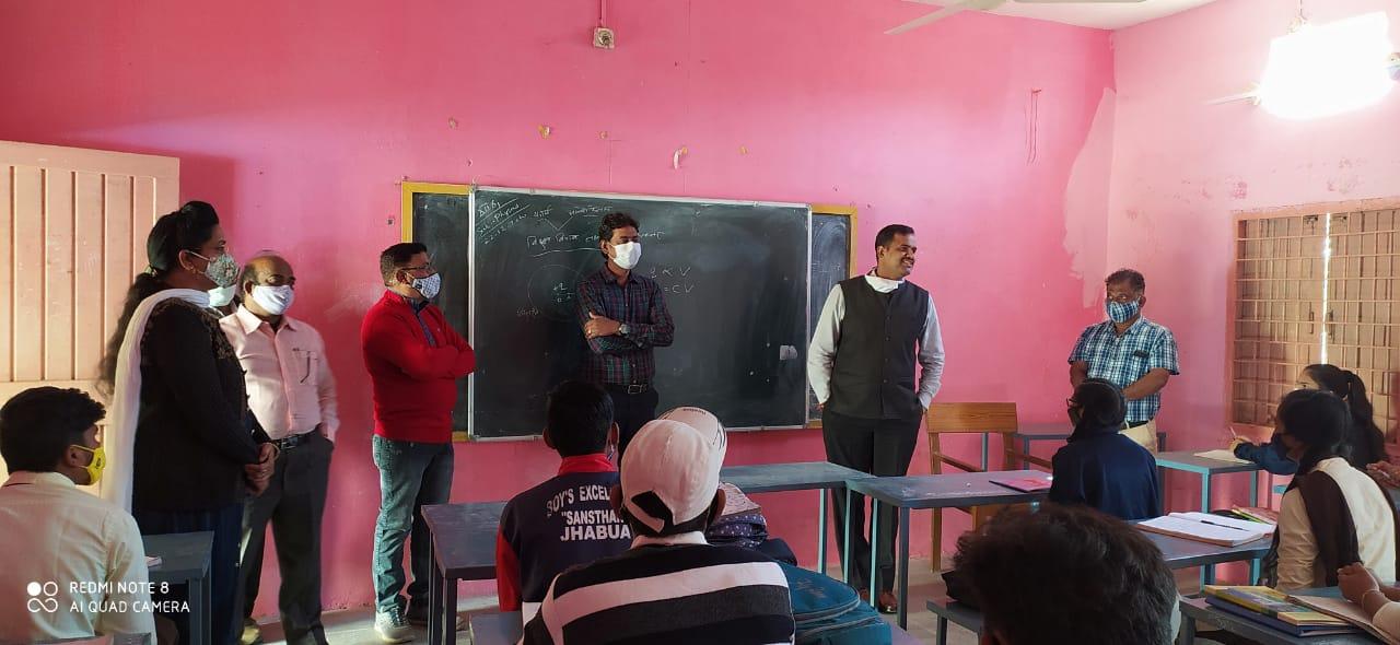कलेक्टर श्री सिंह द्वारा उत्कृष्ट विद्यालय का निरीक्षण किया गया
