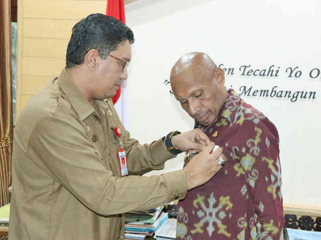 Benhur Tomi Mano Terima Penghargaan Adhitya Karya Mahatva Yodha