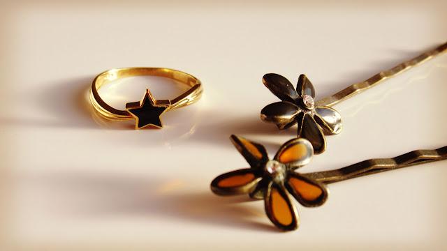星のリングとお花のヘアピン