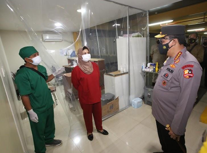 Kapolri Cek Pasien Covid-19 di RS Polri,  Dengan Memberikan Bansos ke Nakes