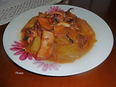 Πιάτο που περιέχει σουπιες μαγειρεμενες με πρασα,και φαίνεται πολύ νόστιμο