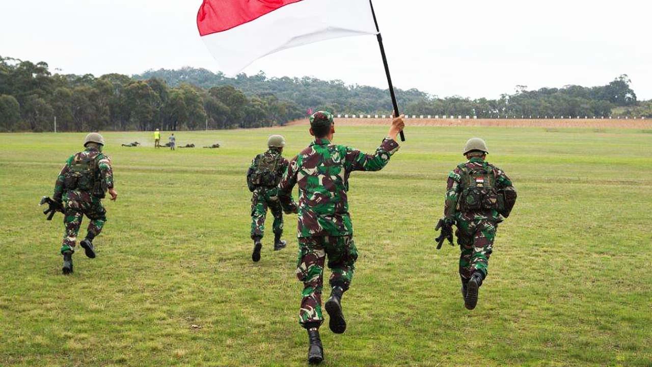 TNI Beri Paket Sembako Untuk Para Jompo di Brebes