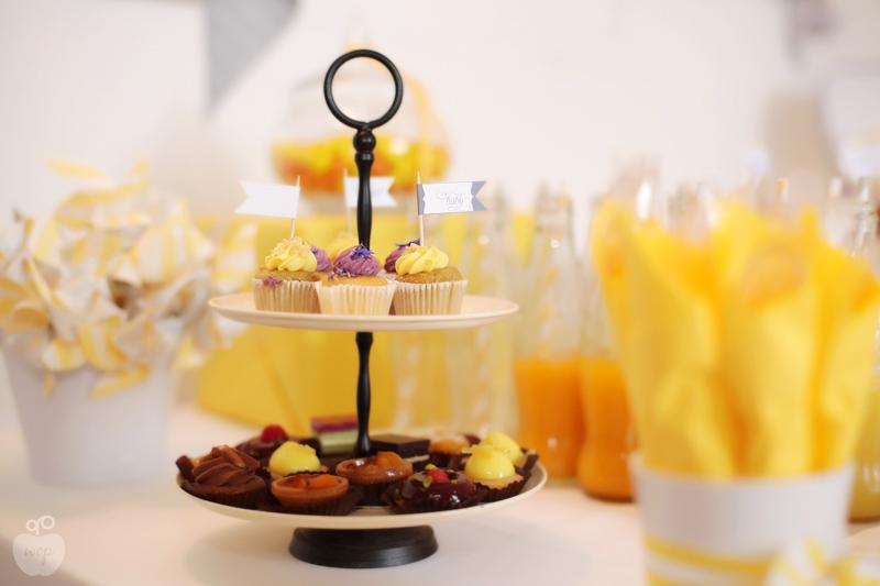 présentoir à gateaux et decoration de table jaunes