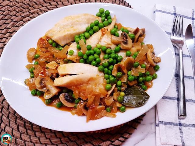 Filetes de gallo con champiñones y guisantes