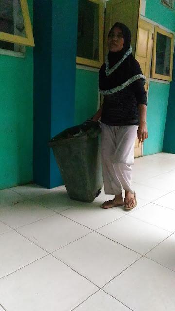 Mengenal Lebih Dekat Sosok Petugas Kebersihan di SMK N 1 Bawang