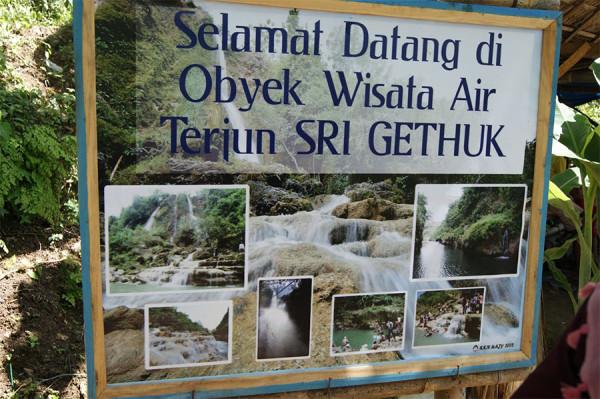 Papan selamat datang di kawasan wisata Air Terjun Sri Gethuk