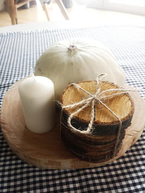 Drewniane plastry i biała dynia