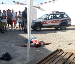 Homem é assassinado com oito facadas após discussão na manhã deste domingo (30)