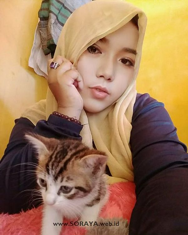 foto soraya gadis berjilbab penyuka hewan kucing