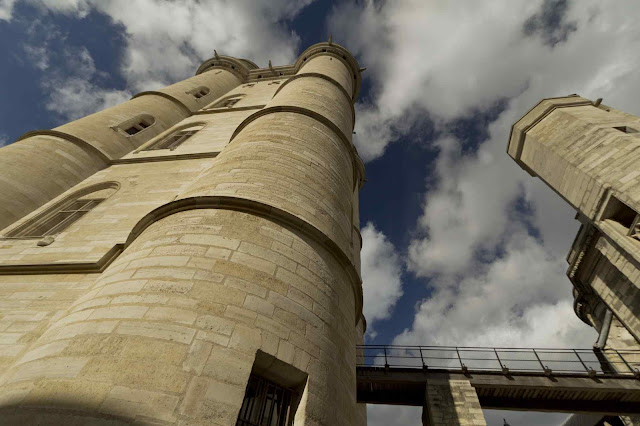 O donjon (torre de menagem) atinge 52 metros