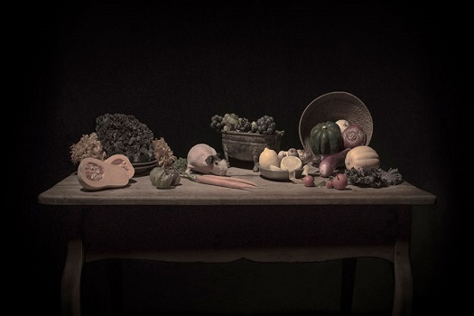Photo by Tami Bahat - Still-Life-3 - 2018 - From the Dramatis Personae series | fotos surrealistas bellas, imagenes chidas de obras de arte contemporaneo en claroscuro inspiradoras