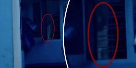 Hiiy! Rekam Video di Rumah Angker, Ada Sosok Hantu Menatap Horor