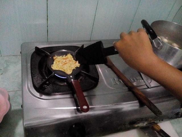 anak bikin omelet mie