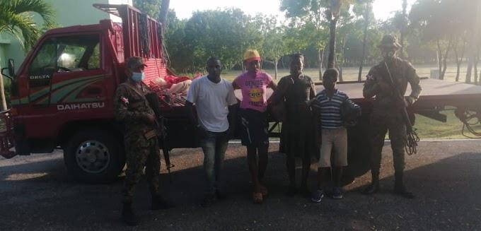 ERD retiene en Cruce Santa Elena tres camiones con 10 indocumentados haitianos y apresa sus conductores