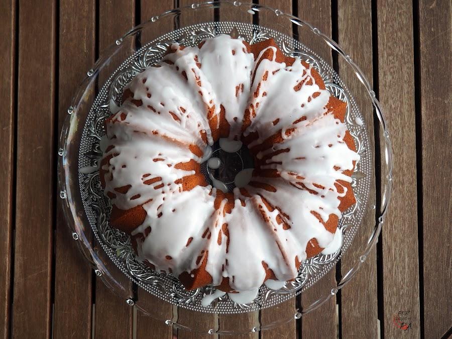 Bundt cake con limón, jengibre y pimienta, perfecto para el desayuno y la merienda. Con glaseado de limón.