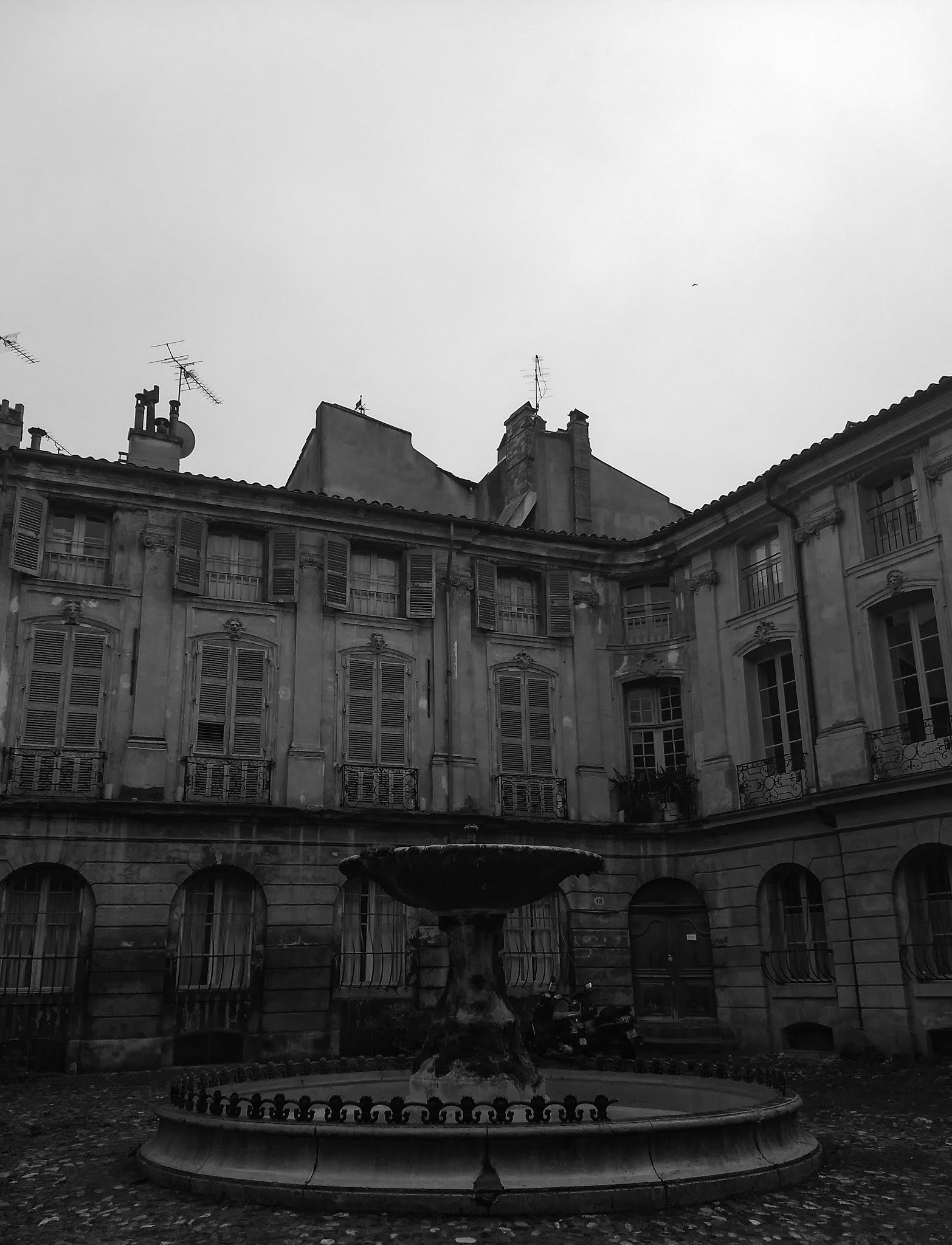 Black and white image of the fountain on Place d'Albertas in Aix-en-Provence.
