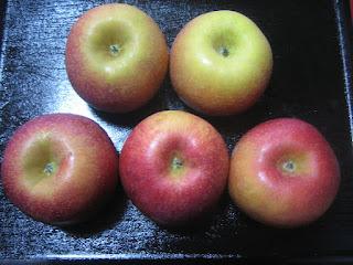 お尻の色が赤色や黄色のりんご