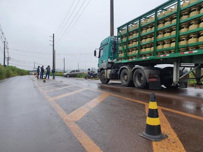 Manifestantes fecham entradas de central de distribuição de combustíveis, em Londrina