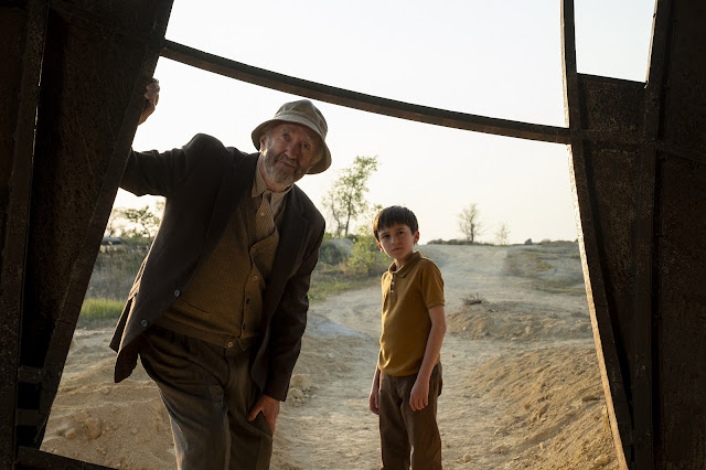 Jonathan Pryce e Duncan Joiner em Tales From The Loop - Prime Video