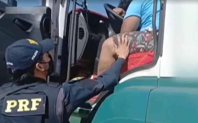Caminhoneiro alcoolizado dorme sobre o volante e é acordado pela PRF na BR 060