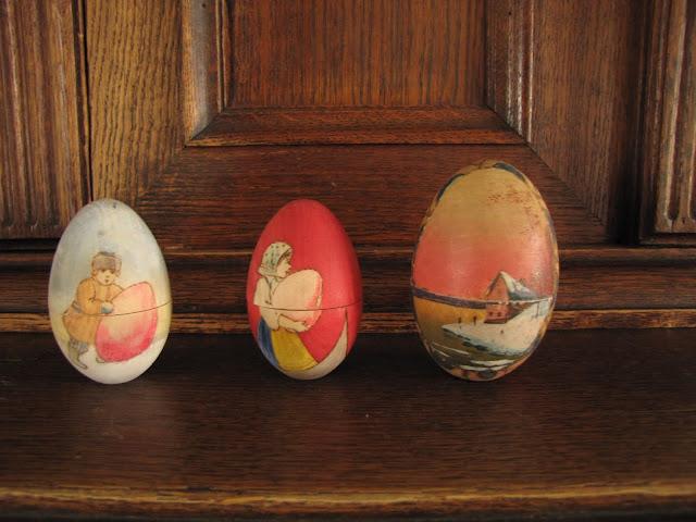Reunuksella on kolme erilaista värikästä pääsiäismunaa.