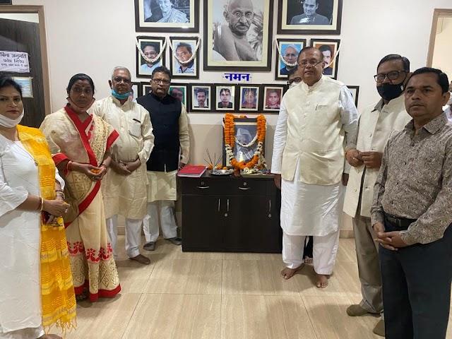 पं. रविशंकर शुक्ल को पुण्यतिथि पर कांग्रेस के प्रदेश मुख्यालय में पुष्पांजलि अर्पित की गई