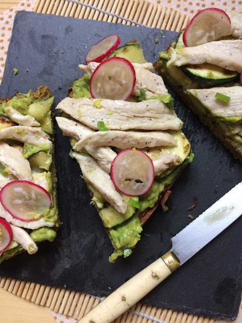 tosta de aguacate y pollo con calabacín receta