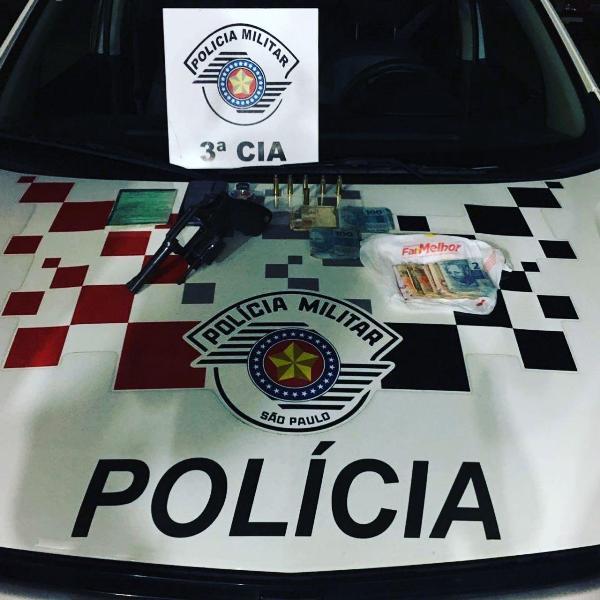 Polícia Militar prendeu um homem após roubo, tiro e capotamento em Iguape