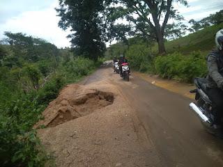 Jalur Pariwisata Dari Arah BIL Menuju Pantai Mawun Nyaris Putus