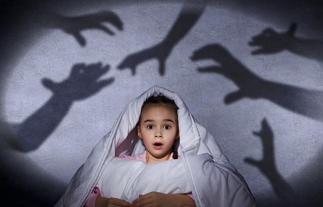 Criança menina assustada com medo