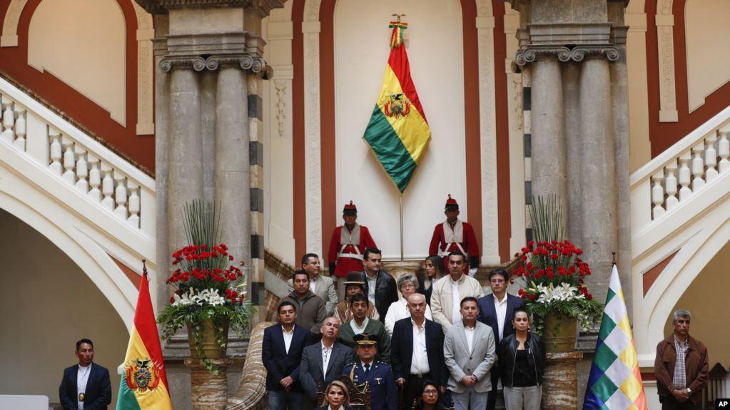 La presidenta interina de Bolivia, Jeanine Añez, a la izquierda, se sienta al lado de la presidenta del Senado, Mónica Eva Copa, para promulgar una ley para celebrar nuevas elecciones en Bolivia / AP