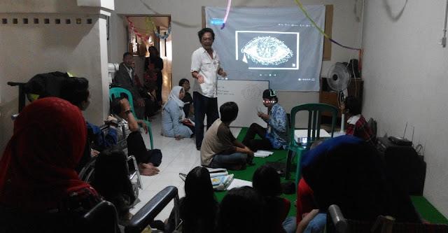 Pendiri Gold Pencil Jitet Koestana berbagi pengalaman menggambar kartun bersama Sahabat Difabel Semarang di Rumah D, Jalan MT Haryono 266 Semarang, Sabtu (17/6/2017).