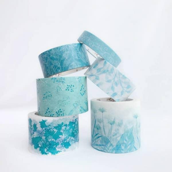 set gestapelde washi tape-rollen met aqua bloemenpatroon