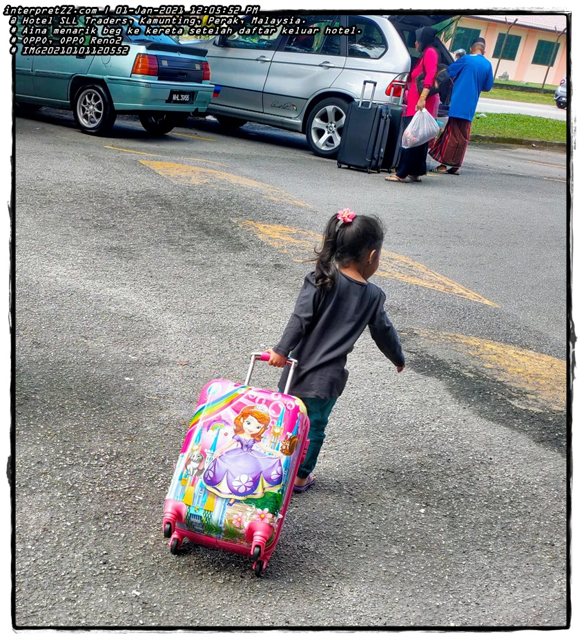Gambar Aina sedang menarik beg dan menyeberangi jalan untuk ke kereta