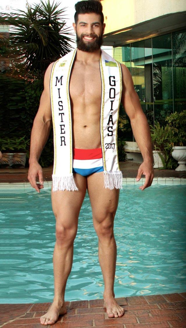 Helder Aquino, Mister Goiás 2017, posa para ensaio na piscina. Foto: Beto Ferraz