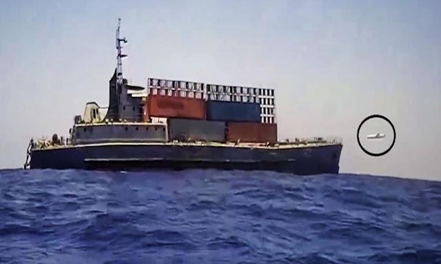 شاهد.. بوارج الجيش المصري تغرق سفينة تهريب في البحر المتوسط بضربة صاروخية واحدة