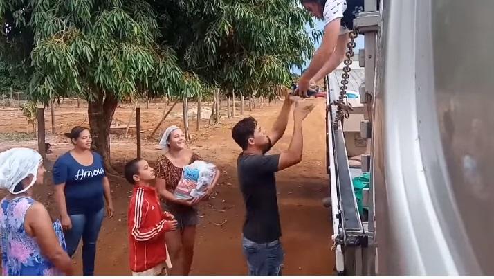 Youtuber Cabelo distribui cestas básicas para famílias carentes em Goiás