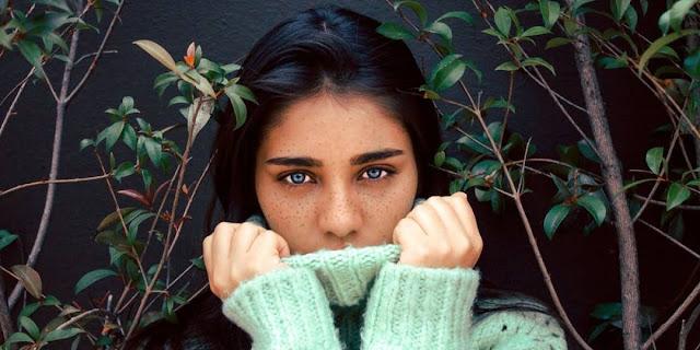 Los mejores tonos de cabello para mujeres con ojos azules