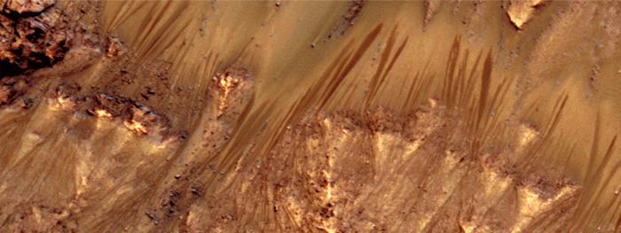 agua derretida causando deslizamentos em Marte
